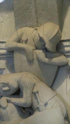 Darstellung eines der drei schlafenden Wächter an der Mauritiusrotunde im Konstanzer Münster (mitte 13. Jhd.). Gut zu sehen sind die Kettenfäustlinge und der Eisenhut der aus mehreren Teilen zusammengenietet ist. Der Mittelsteg weist einen Grat auf und die Krempe ist nicht mit dem oberen teil aus einem Stück getrieben, sondern angenietet. weist einen