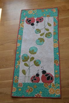 Pictures of table runners I found that I'd like to make Table Runner And Placemats, Table Runner Pattern, Quilted Table Runners, Small Quilts, Mini Quilts, Quilting Projects, Quilting Designs, Place Mats Quilted, Summer Quilts