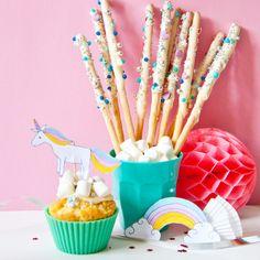 Einhorn-Party! Einfach dieses süße Einhorn Deko selber basteln: mit unserer Vorlage als Free Printable zum kostenlosen Download geht das ganz schnell: einfach ausdrucken, auscheiden und dekorieren: als Tischdeko, Muffin oder Cake-Topper oder Namenskarten. Perfekt für die Einhorn-Feier oder zum Kindergeburstag für Mädchen - Rezepte für den Geburtagskuchen, Grissini-Zauberstabe oder Marshmellow-Wolken Muffins findet ihr auf FAMILICIOUS.de Cute Unicorn DIY for girls unicorn-party!