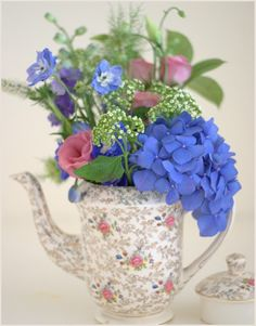 Teapot-filled-with-flowers-wedding-table.