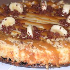 De monchoutaart met banaan en karamelsaus is van oorsprong een cheesecake. Deze taart smaakt overheerlijk en zal de gasten op een verjaardag verrassen!