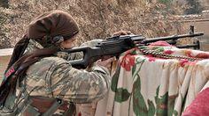 Un grupo de ancianas kurdas se ha levantado en armas para evitar que el Estado Islámico rinda Kobane, ciudad localizada en la frontera con Turquía. Kaláshnikov en mano, estas abuelas son la última línea de defensa de la ciudad.