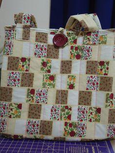 Bolsa feita com algodão 100%, com forro idem e manta acrílica, bolso interno, alças e botão R$80,00