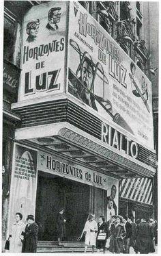 Cine Rialto en La Gran Vía Retro Pictures, Old Pictures, Best Hotels In Madrid, Madrid Travel, Foto Madrid, Andalucia, Retro Futurism, Model Ships, Alicante
