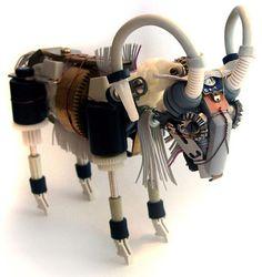 """A artista Ann P. Smith dedica o seu tempo para criar animais e insetos robóticos, feitos de praticamente qualquer material que ela encontre pela frente. Enquanto outros artistas criam """"monstros"""", Ann constrói e vende suas peças simpáticas dos mais variados animais."""