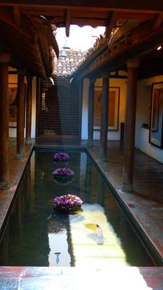 This Japanese courtyard has a Koi pond in it. These two architectural elements give the space a very peaceful feel. It makes me think of space for meditation. Exterior Design, Interior And Exterior, Patio Design, Casa Patio, Indian Interiors, Kerala Houses, Indian Homes, Courtyard House, Indoor Courtyard