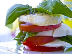 Mozzarella, tomatskiver og basilikum Mozzarella, Frisk, Caprese Salad, Dips, Dressing, Food, Projects, Basil, Log Projects