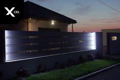 Aluminiowe ogrodzenie Horizon Massive z oświetleniem bocznym  // Horizon Massive fence with side lights House Fence Design, Front Gate Design, Modern Fence Design, Main Gate Design, Door Gate Design, Compound Wall Design, Aluminium Gates, Pool Landscape Design, Boundary Walls