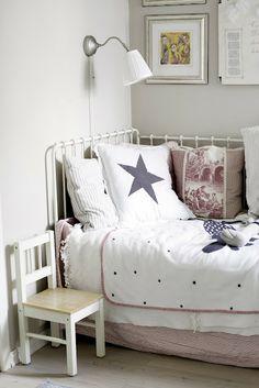 A single sofa bed /convertible bed, that can be turned into a double bed. For kids rooms. Changes conveniently into a guest room bed later in the life.  Parisängyksi levitettävä yhden hengen rautasänky/sohva lastenhuoneeseen. Muuttuu myöhemmin kätevästi vierashuoneen pediksi.
