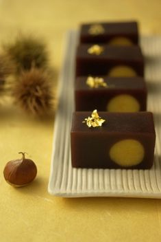 "Wagashi - ""moonlight"" represents the full moon with the chestnut .look artistic! Japanese Sweets, Japanese Wagashi, Japanese Candy, Japanese Food, Desserts Japonais, Japanese Tea Ceremony, Asian Desserts, Cute Food, Yummy Food"