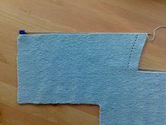Como hacer una chaqueta para bebé | El castillo de lana Patron Crochet, Baby Coat, Crochet Cardigan Pattern, Baby Wearing, Two Piece Skirt Set, Knitting, Lana, Knitting Projects, Baby Cardigan