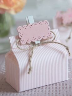 Scatolina elegantissima per confezionare bomboniere nascita e battesimo di una bambina.