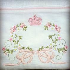 Fralda de ombro ( 66 x 67cm), com 2 fraldas de boca ( 31 x 31 cm), tecido de fralda com faixa em piquet 100% algodão. Bordados e cores pode ser mudado  combinar no ato da compra. Baby Embroidery, Flower Embroidery Designs, Embroidery Monogram, Embroidery Patterns, Machine Embroidery Projects, Free Machine Embroidery, Baby Sheets, Monogram Pillows, Decorative Towels