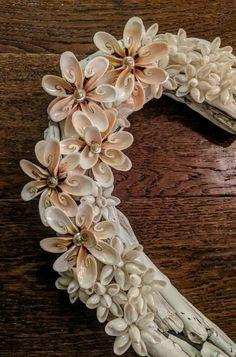 Shell Flowers, Beach Flowers, Shell Ornaments, Seashell Art, Shell Crafts, Flower Fashion, Water Crafts, Sea Shells, Nautical