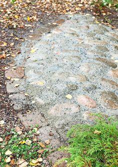 Tee itse rinteen kiveys | Meillä kotona Sloped Garden, Rock Of Ages, Brick Patios, Joko, Dream Garden, Garden Landscaping, Stepping Stones, Pergola, Landscape