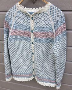 Blåbærkoften str S(M)L(XL) - Monika Mortensens Design Sweaters For Women, Men Sweater, Knit Sweaters, Cardigans, Sweater Knitting Patterns, Knitting Ideas, Pattern Pictures, Fair Isle Knitting, Knit Fashion