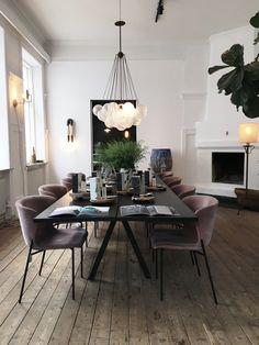Snygg matplats med stolar i sammet