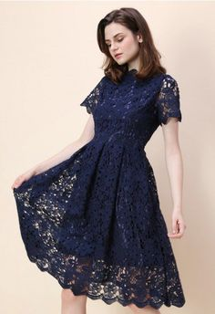 Floral Holiday Crochet Dress in Navy Avslappnade Klänningar cad591d0bd0b1