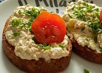 Topinky s pomazánkou z Nivy Salmon Burgers, Baked Potato, Hamburger, Appetizers, Food And Drink, Treats, Vegan, Baking, Ethnic Recipes