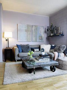 LILLA: Den duse veggen er perfekt ramme for det rå stuebordet. Møbler fra Konzept HP.
