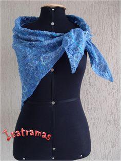 Xale triangular azul jeans 1. www.isatramas.com.br
