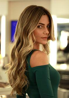 Pensando nessa temporada pré Primavera/Verão, o tom de loiro dourado com efeito tom sobre tom é a aposta certa para a nuance dos cabelos.