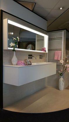 Mat wit strak badkamermeubel maatwerk bij van Dijk Tegels in Dordrecht