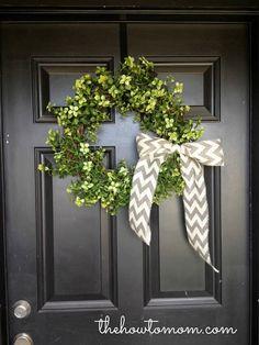 Dollar Store DIY Crafts Using Fake Plants - Garland Wreath. Super easy DIY ideas on a budget. Diy Spring Wreath, Diy Wreath, Burlap Wreath, Wreath Ideas, Wreath Bows, Burlap Ribbon, Spring Crafts, Dollar Store Crafts, Dollar Stores
