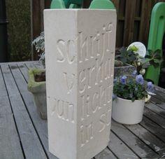 tekst in zachte wit steen, eigen werk van Letter per Letter
