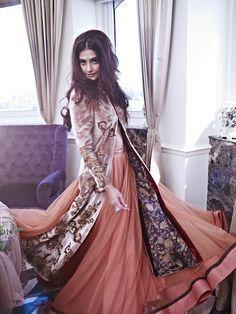 Bollywood, Tollywood & Más: Sonam Kapoor Photoshoot for Shehla Khan Diva Fashion, Asian Fashion, Fashion Beauty, Ethnic Fashion, Fashion Trends, Bollywood Celebrities, Bollywood Fashion, Bollywood Style, Bollywood Wedding