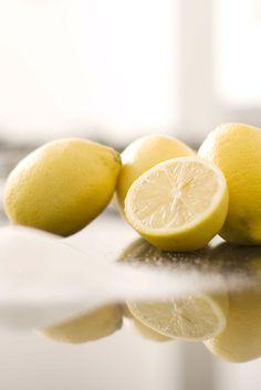 Relájate con un baño de limones: olvida las sales de baño y apuesta por el zumo de limón. Corta en rodajas seis limones (con la piel) y déjalos en remojo en agua fría un par de horas. Exprime las rodajas, filtra el líquido y añádelo a tu baño. ¿El resultado? Un baño de efecto sedante que estimula el riego sanguíneo y tonifica la piel.
