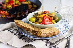 Recept voor caponata voor 4 personen. Met zout, olijfolie, peper, aubergine, rode paprika, gele paprika, groene olijven, kappertjes, rode ui, tomatenblokjes in blik, knoflook en balsamicoazijn