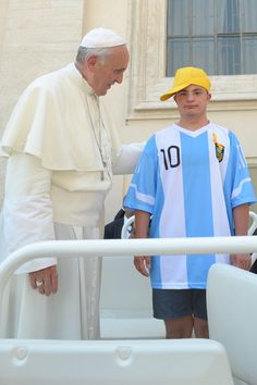 Pope Francisco invited her into the popemobile to a disabled boy who came to greet him. He wore the blue and white shirt with the name of Messi, Argentine idol. (AFP) - See more at: http://hd.clarin.com/page/87#sthash.v4N7iojQ.dpuf