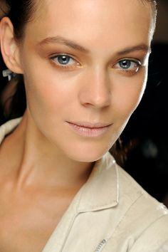 Les nacres superstars http://www.vogue.fr/beaute/diaporama/les-15-tendances-make-up-du-printemps-2013/11141/image/657289#les-nacres-superstars