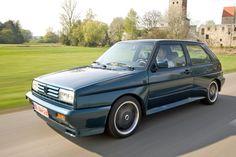 """Sondermodelle der exclusivsten Art sind Homologationsmodelle wie der """"Rallye Golf"""". Um ein Modell im Motorsport einsetzen ist häufig eine Straßenserie Voraussetzung. Im Falle des Golf gab es dicke Backen, Allradantrieb, Sportfahrwerk, Schiebedach, breite Scheinwerfer und, und, und. Befeuert wurde er vom 160 PS-Spirallader-Motor aus dem Golf G60. Fertig war die Laube, aus der ein gesuchtes Sammlerstück geworden ist. ☺"""