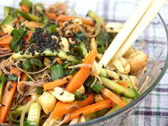 סלט אטריות אורז עם ירקות ובוטנים