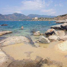 Una delle spiagge meno frequentate rispetto alle altre più celebrate di #Villasimius, quella di Santo Stefano, riserva anch'essa uno spettacolo di acque cristalline dai colori compresi fra turchese, verde, e azzurro, con il plus di grandi rocce granitiche e il panorama sulla Fortezza Vecchia che la rendono suggestiva. La conoscete? [ #dafareavillasimius #dafareinsardegna ] Pic by @tacchinobicilindrico by igers_cagliari | #Supramonte's - #Sardinia #Sardegna