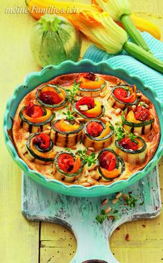 """""""Gratinierte Zucchini-Röllchen""""  Die Rollenverteilung lautet: außen gegrillte Zucchini, dann Paprika und innen Tomate.  Perfekt, wenn Gäste kommen. burdafood.net/Eising Studio http://www.daskochrezept.de/meine-familie-und-ich"""