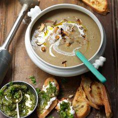 Deze maaltijdsoep met paddenstoelen maak je in een handomdraai. Serveer met walnotenpesto voor een lekkere bite! 1 Pel en halveer de uien, snijd ze in dunne ringen en doe die met 2 eetlepels olijfolie in de pan. Verkruimel...