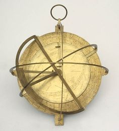 this instrument, made in English, was designed by Charles Whitwell towards the end of the sixteenth century.Manufactured in brass, has a diameter of about 280 mm. A box-shaped and finely chiseled, this sundial door on the outer face of the cover of a mirror geographically in the northern hemisphere. On the inner face instead presents a rotating disc which provides the position of the Sun over a division that corresponds to lunar month. Inside the box there are the equinoctial circle for the…