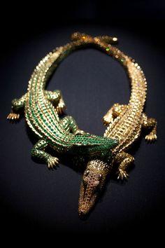 Cartier - Collar de cocodrilos con 1023 diamantes, de un peso total de 60 quilates, con 1062 esmeraldas y un peso total de 66,86 quilates, con dos rubíes. Encargo de la actriz María Félix.