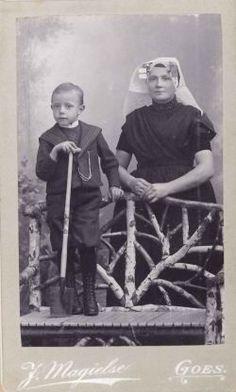 430. Moeder en zoon Rijk. De jongen is de opa van R. Tiemessen, Cornelis Rijk, geboren 1891; tijdens de Eerste Wereldoorlog dreef hij een mandenmakerij. De moeder is Magdalena Rijk-Drijdijk. Zij draagt een rouwkleed. Haar man is overleden 1 februari 1897, mogelijk is de foto vlak daarna gemaakt.