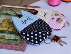 Que tal um chaveiro que também esconde suas chaves? Feito artesanalmente e exclusivos! Esconde chaves Gatinho com bordado no rostinho, corpinho de algodão com técnica de patchwork e fechamento lateral feito a mão. Fio encerado para segurar a argola do chaveiro. *Puxe pra cima que as chaves esco... Stuffed Animal Patterns, Diy Stuffed Animals, Baby Sewing Projects, Sewing Crafts, Cat Crafts, Crafts To Make, Felt Bookmark, Key Pouch, Key Covers