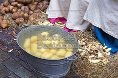 geschilde aardappels in een emmer met water