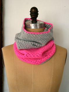 DIY: TWO-COLOR CROCHETED COWL