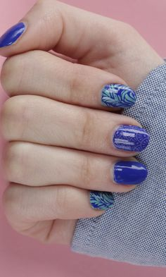 """Love The Little Mermaid? Us too! We love this take on an """"Under the Sea""""-inspired manicure using this DIY beauty trick."""