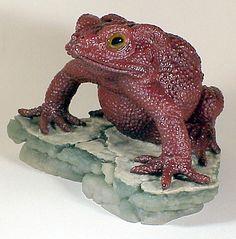 """GEMSTONE ВЫСЕКАТЬ  жаба  Герд Dreher БАК-132. Жабы. Этот шедевр искусства трудно камнерезов """"скульптурные из одного блока в два цвета Джаспер-Агат из Индии. Я видел и принадлежит много резьбы Герд Дреера на протяжении многих лет, но это один мой любимый сингл. Пожалуйста, обратите внимание, подрез когтей, которые обычно находятся на объектах с Ньюпорт, Род-Айленд. Художник включил небольшой свободной формы кусок оригинального грубый камень для сомневающихся. 3-1 / 4x2-5 / 8x2-1 / 4."""