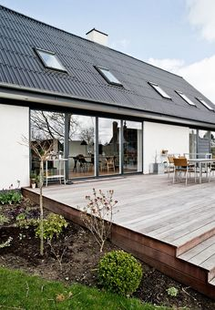 fik øjnene op for udsigten The classic Danish house architecture has been giving a modern look and added a lovely wide and lasting terrace with direct access from the living room. Outdoor Spaces, Outdoor Living, Outdoor Decor, Deck Design, House Design, Danish House, Wooden Terrace, House With Porch, Backyard Patio