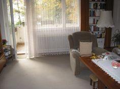 Verkauft! Diese 3-Zimmer-Wohnung befindet sich im 2.Obergeschoss des Hauses und bietet vom sonnigen, geräumigen Balkon einen Blick auf die Spree. Die Zimmer gehen vom Flur ab und sind einzeln begehbar. Die Fussböden sind teils mit Teppich und teils mit Laminat verlegt. Das Wannenbad ist raumhoch gefliest mit Fenster. Die Küche ist mit einer Einbauküche und Fliesenspiegel versehen. Ein Parkplatz und ein Keller gehören zur Wohnung. Kaufpreis: 149.520,00€