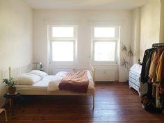 Einrichtungs-Inspiration: Großes geräumiges WG-Zimmer mit Bett und Kleiderstange. WG-Zimmer in Berlin.